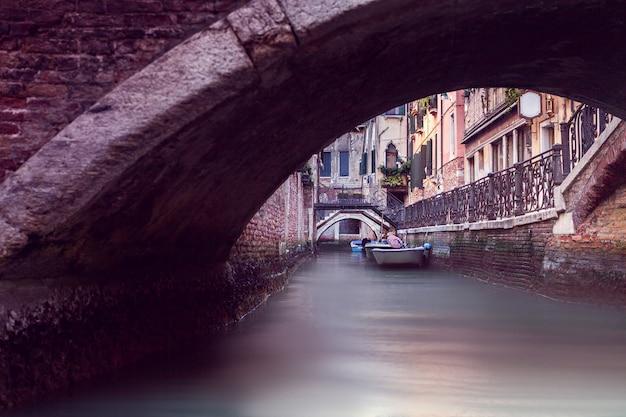 Canal estreito em veneza