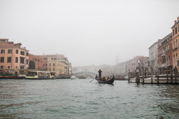 Canal estreito entre velhas casas de tijolos coloridos em veneza, itália.