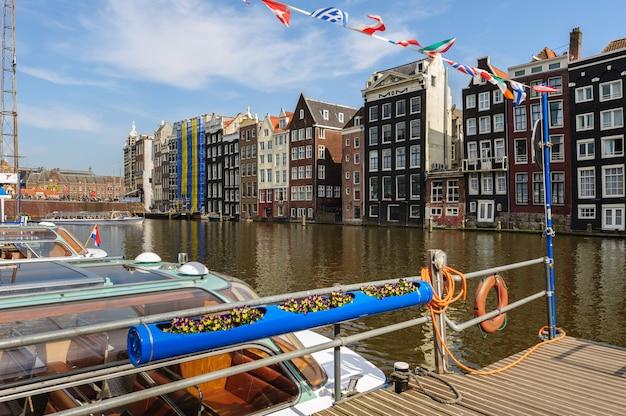 Canal houses of damrak, amsterdã, holanda