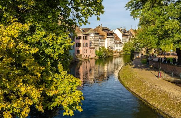 Canal na cidade velha de estrasburgo, alsácia, frança