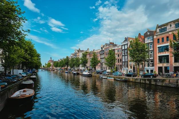 Canal singel em amsterdam com casas amsterdam holanda