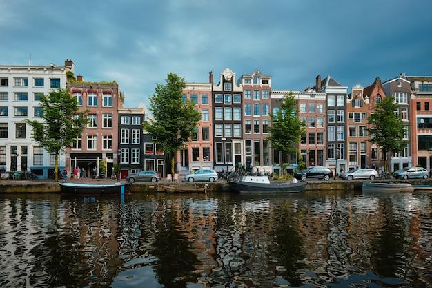 Canal singel em amsterdam com casas amsterdam holanda Foto Premium