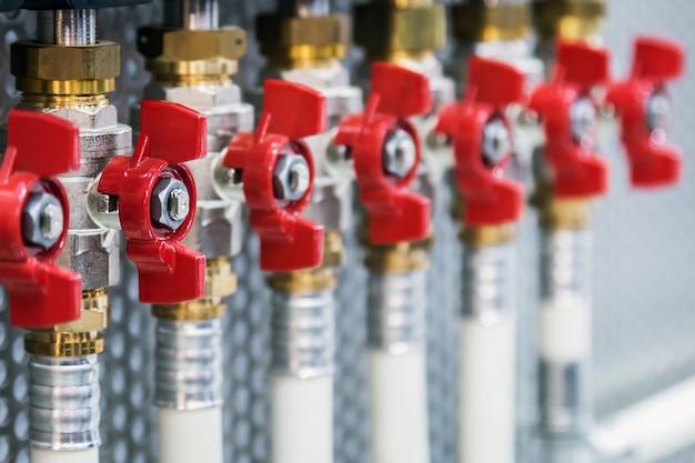 Canalizações, canos e acessórios de fixação para ligação de sistemas de água ou gás