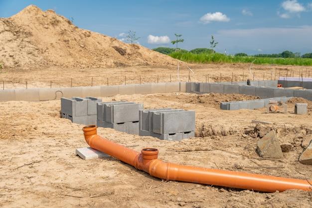 Canalizações para resíduos na construção de uma casa de família.