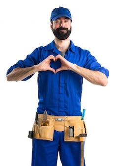 Canalizador fazendo um coração com as mãos