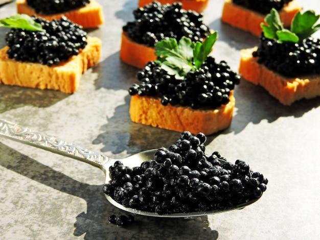 Canapé com caviar preto e verduras.
