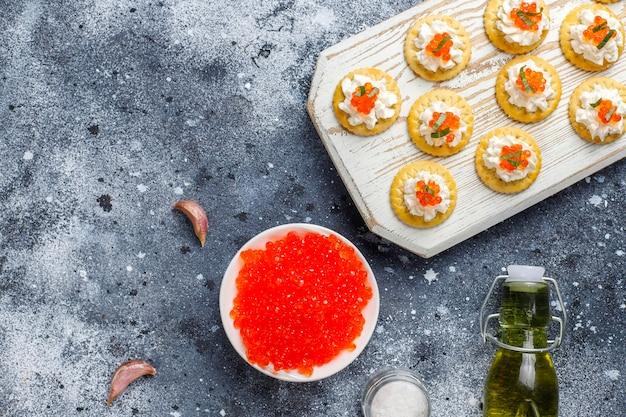 Canapé com caviar vermelho para festa.