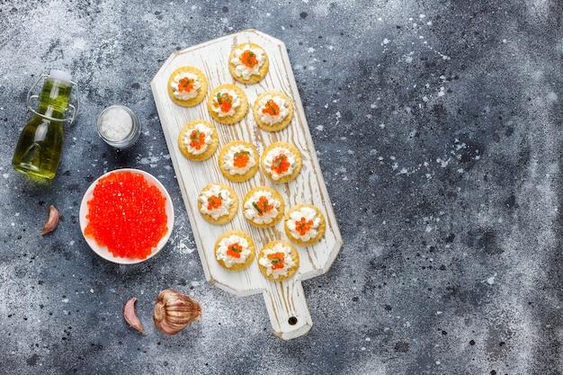 Canapé com caviar vermelho para festa