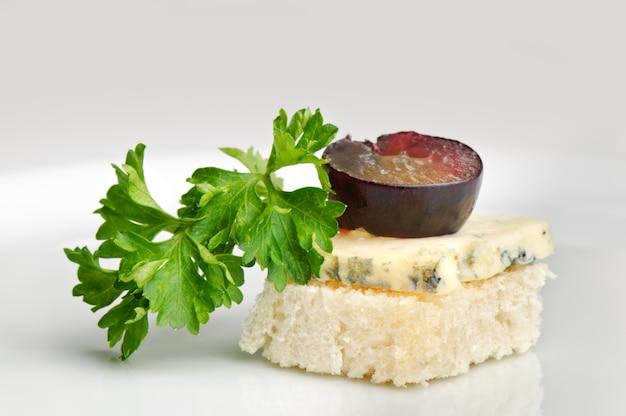 Canape com queijo roquefort e baga de uva