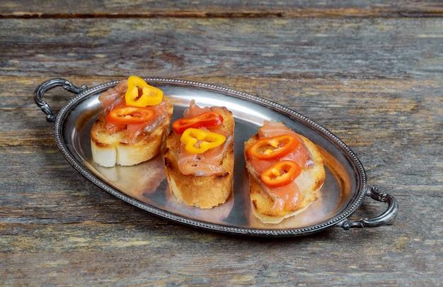 Canape com salmão defumado no prato, foco seletivo, vista de ângulo baixo