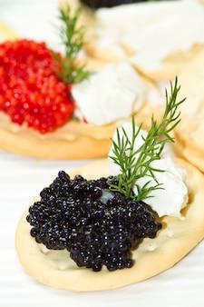Canape de caviar preto e vermelho