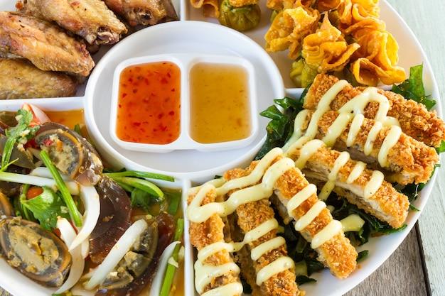 Canapés à moda tailandesa em prato branco