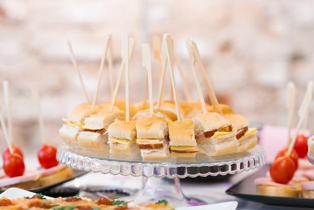 Canapés com salsicha e queijo. restauração e lanches na mesa do buffet
