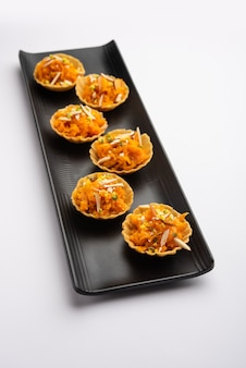 Canapés de cenoura ou gajar halwa ou canapé ou tarte de fusão, guarnecido com frutos secos. sobremesa indiana