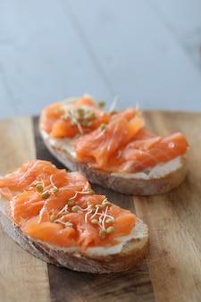 Canapés de salmão defumado com receita de cream cheese