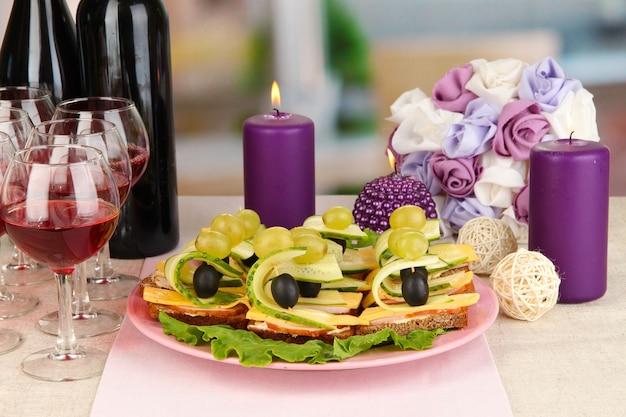 Canapés e vinho em restaurante