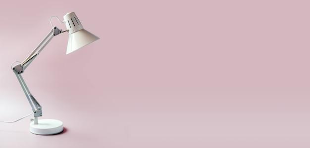Candeeiro de mesa branco isolado em fundo rosa