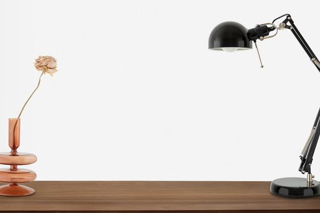 Candeeiro de mesa preto sobre uma mesa de madeira