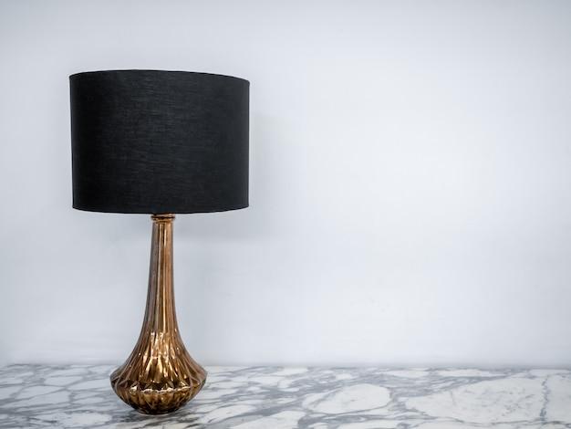 Candeeiro de mesa vintage na mesa de mármore.