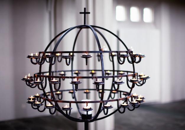 Candelabro dentro da catedral de hallgrimskirkja reykjavik, islândia
