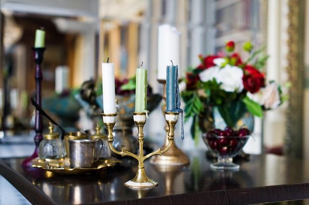 Candelabro vintage na mesa no interior