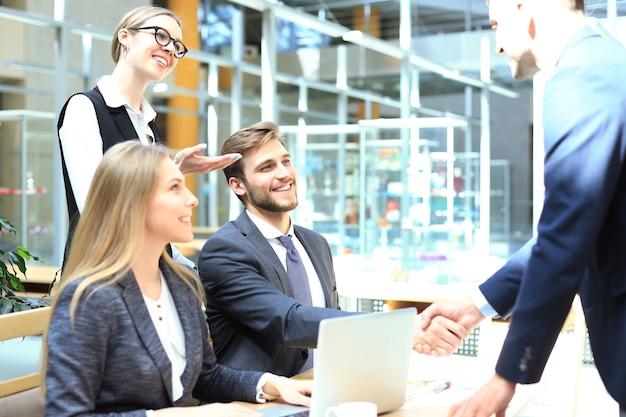 Candidato a emprego tendo entrevista. aperto de mão durante a entrevista de emprego.