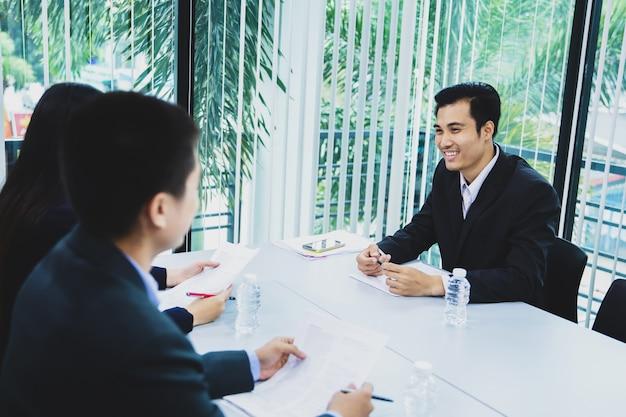 Candidato de empresária asiática apresentar seu aplicativo de perfil na entrevista de emprego