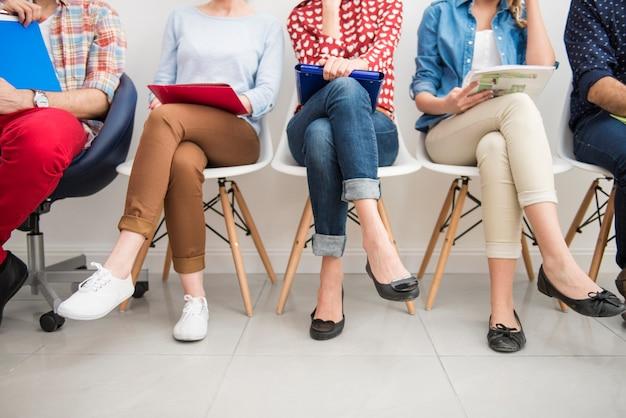 Candidatos à espera de uma entrevista de emprego. Foto gratuita