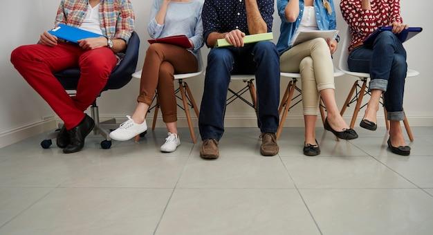 Candidatos à espera de uma entrevista de emprego.