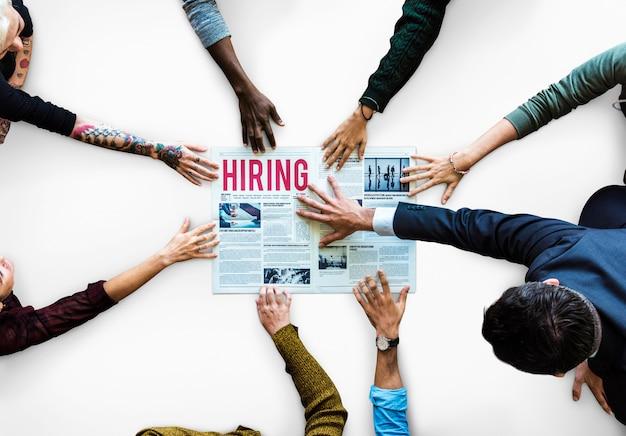 Candidatos oportunidade emprego contratação em um jornal