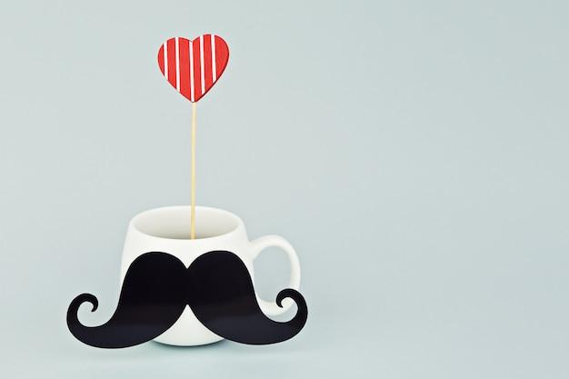 Caneca branca com bigode preto e coração vermelho