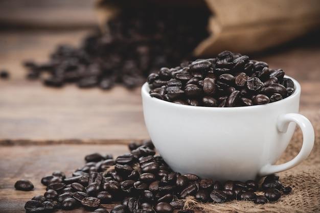 Caneca branca com grãos de café