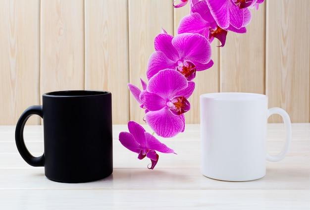 Caneca branca e preta com orquídea rosa