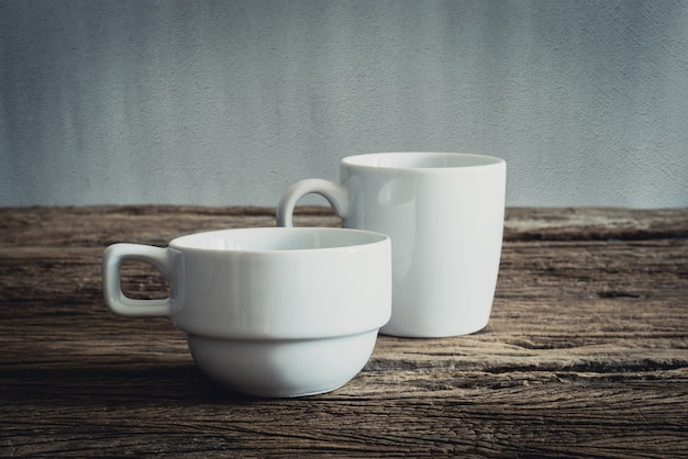 Caneca branca na mesa de madeira