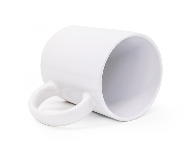 Caneca cerâmica branca do punho no fundo isolado com trajeto de grampeamento. copo de bebida em branco para seu projeto.