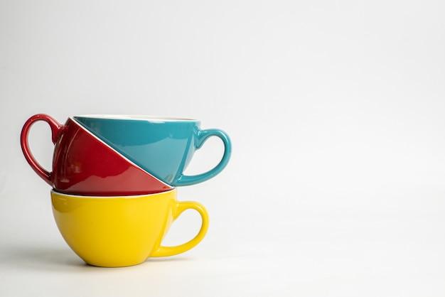 Caneca cerâmica vazia isolada no fundo branco. modelo de maquete para design ou publicidade