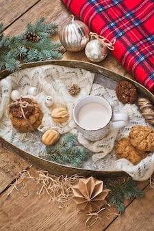 Caneca com bebida e biscoitos com decoração de natal