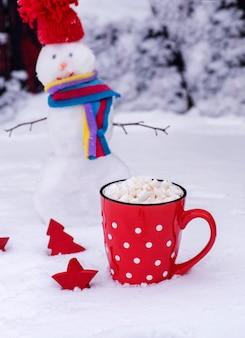 Caneca com bolinhas brancas com chocolate quente e marshmallows