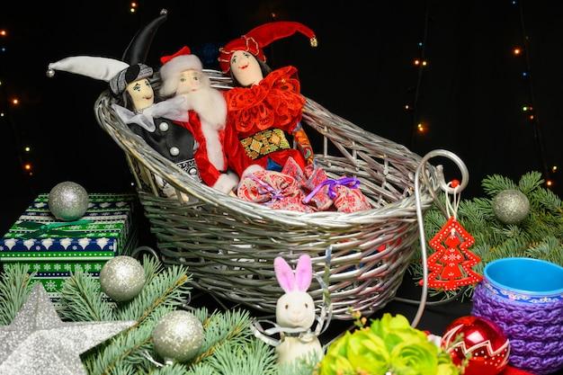 Caneca com capa de malha, brinquedos de natal, bolas e pai natal.