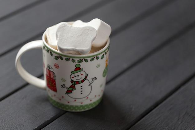 Caneca com delicioso chocolate quente e marshmallows