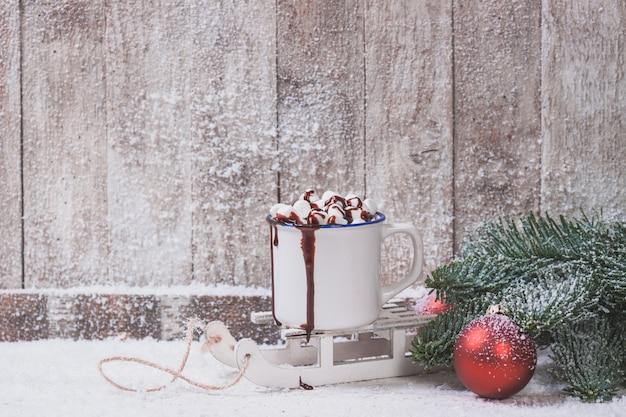Caneca com marshmallows e decorações de natal