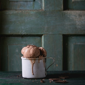 Caneca com sorvete de chocolate