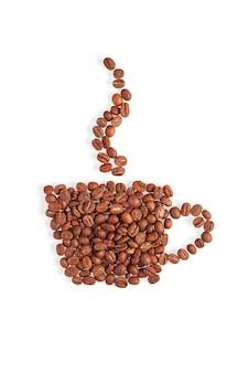 Caneca com vapor feita de grãos de café isolados no fundo branco