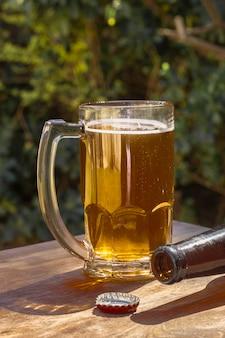 Caneca de alto ângulo com pouca espuma em cima de cerveja