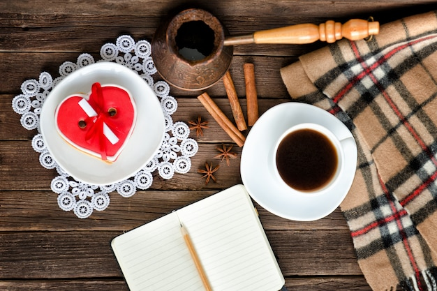 Caneca de café, bloco de notas e lápis, cezve