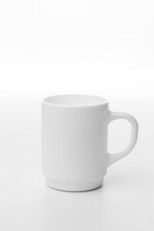 Caneca de café branca em fundo branco