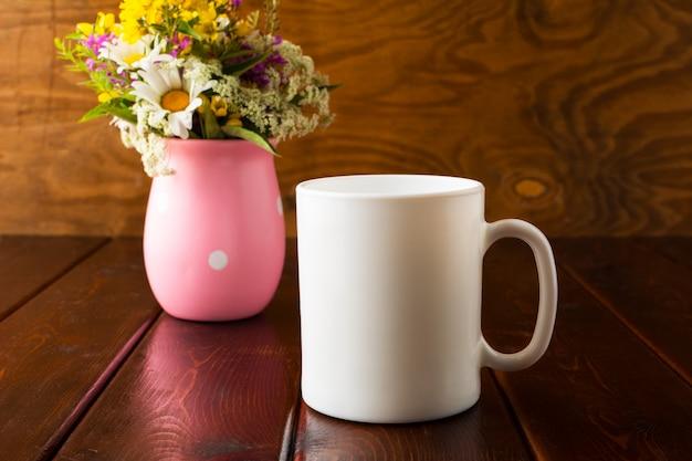 Caneca de café branco com flores silvestres