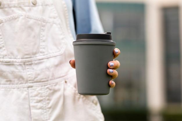 Caneca de café cinza reutilizável para bebida quente