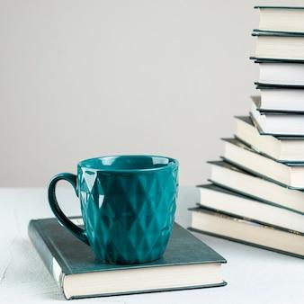 Caneca de café close-up com livros