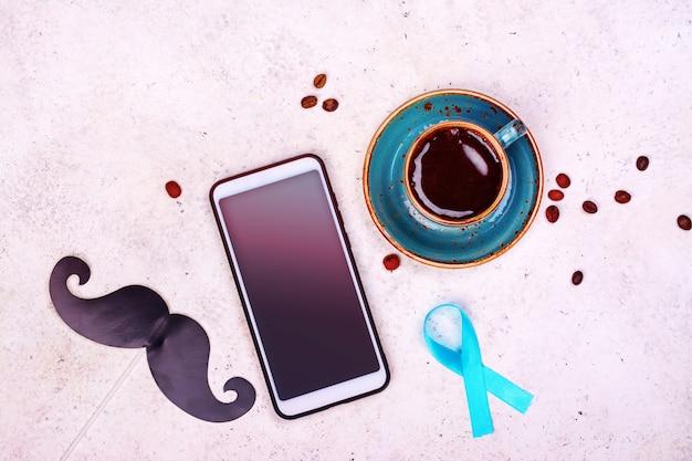 Caneca de café com bigodes colados